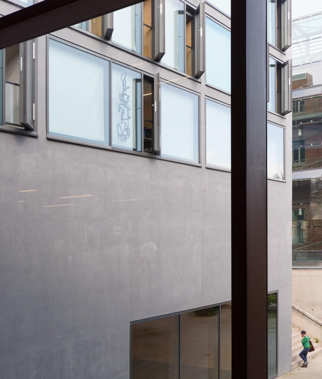 Einzelzeichen auf Glas, 198 x 55 cm, 2017