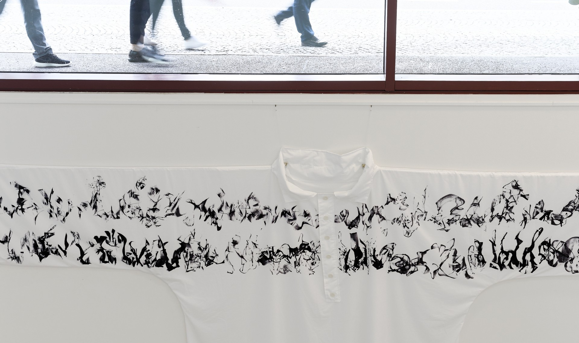 Ausschnitt: 'Hemd des Bibliothekars', Acryl / synthetisches Bitumen auf Trevira, ca 560 x 325 cm, 2017