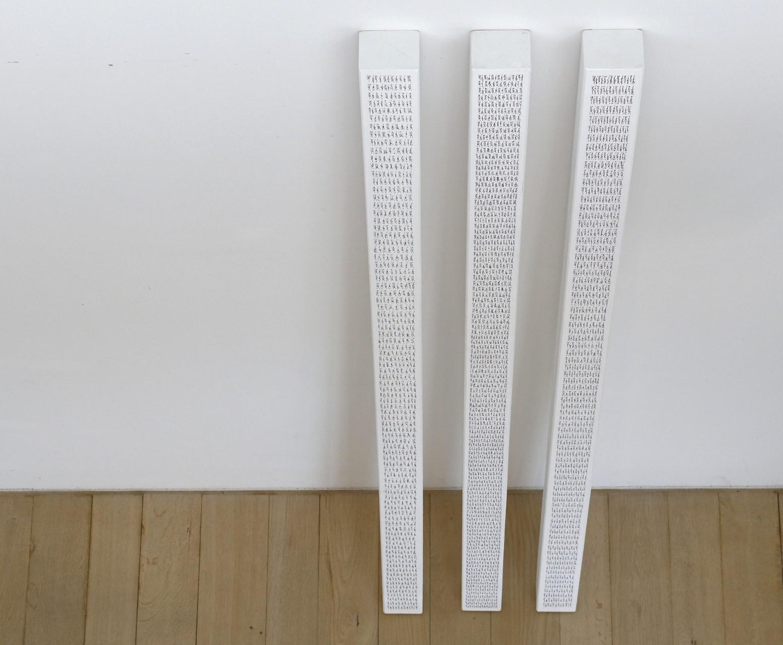 Stelen, Acryl auf Holz, je 225 x 9,5 x 8,5 cm