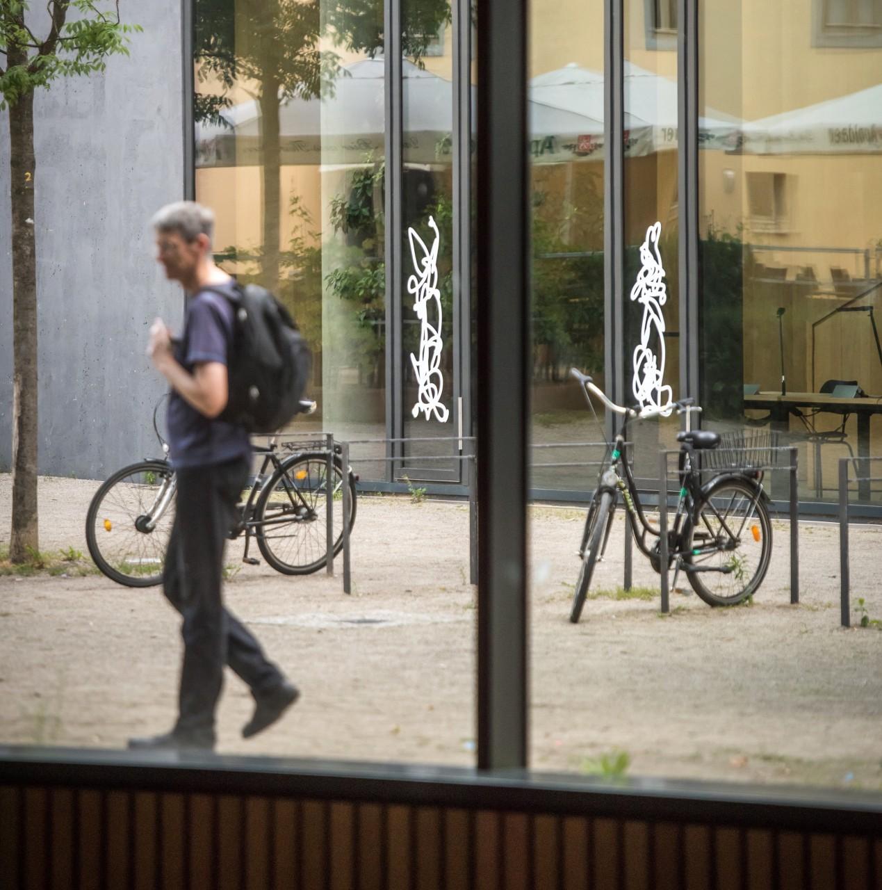 Einzelzeichen auf Glas, je ca. 175 x 50 cm, 2017 (Foto: Thomas Müller)