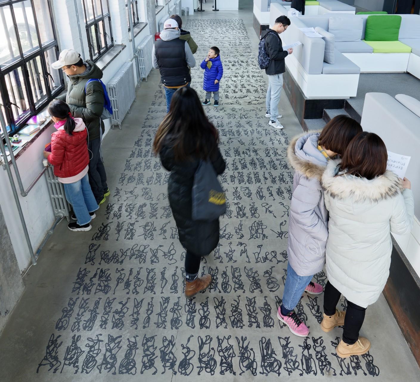 Bodentext, elektronisches Schreibtablett, Foliendruck auf Beton, 14 x 3 m , 2018