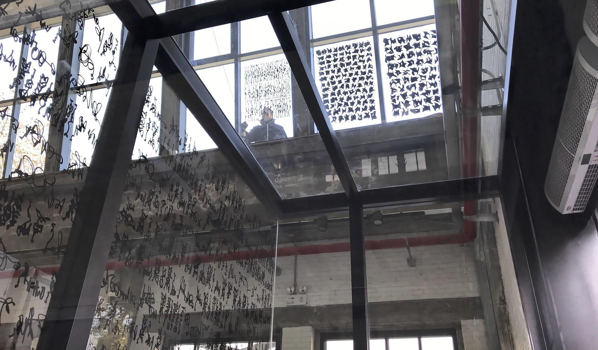 Schreib-Performance, obere Fensterfront, 22/11/2018, Foto: Anna Malik