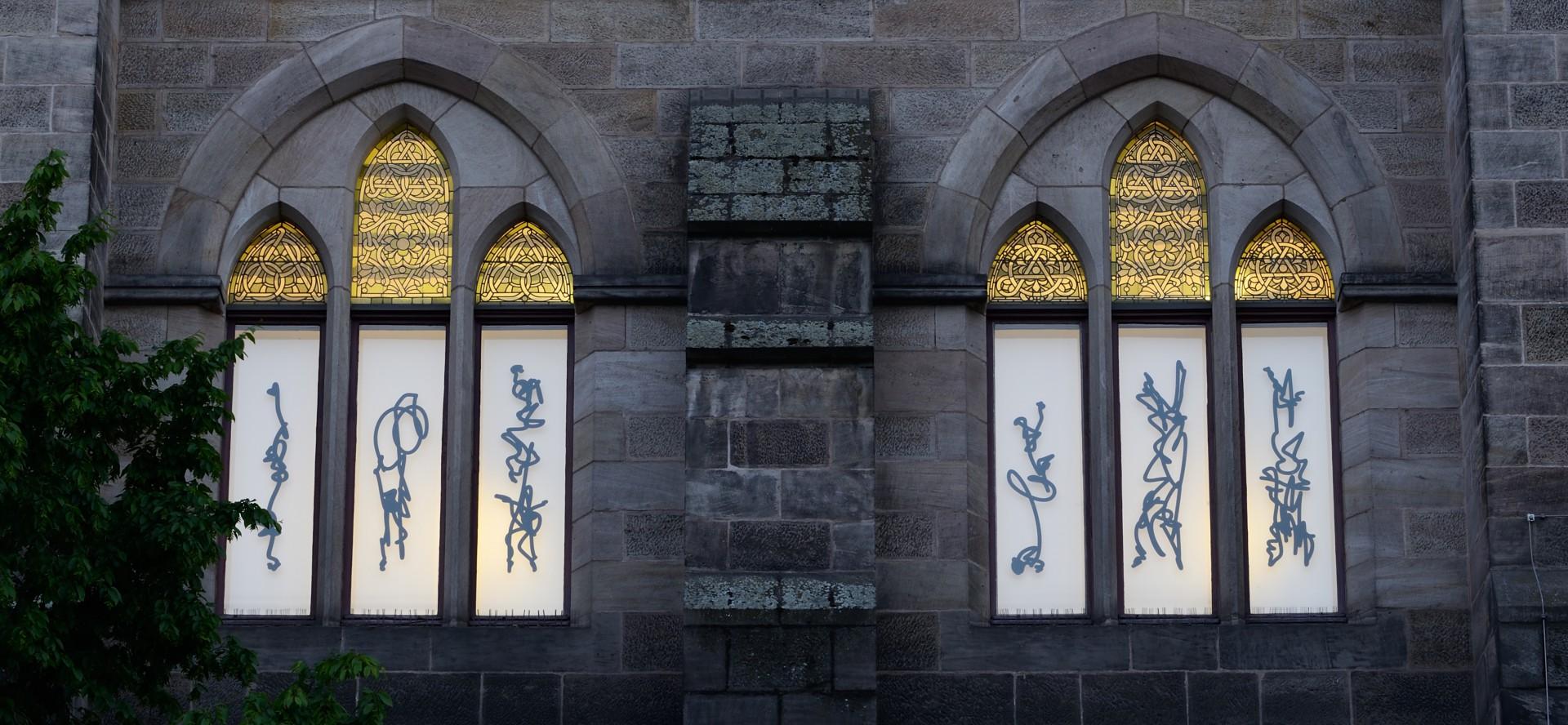Außenansicht Bibliothek der Alten Universität Marburg, Foliendruck auf Glas, je ca 45 x 140 cm, 2019 Foto: Andreas Otto