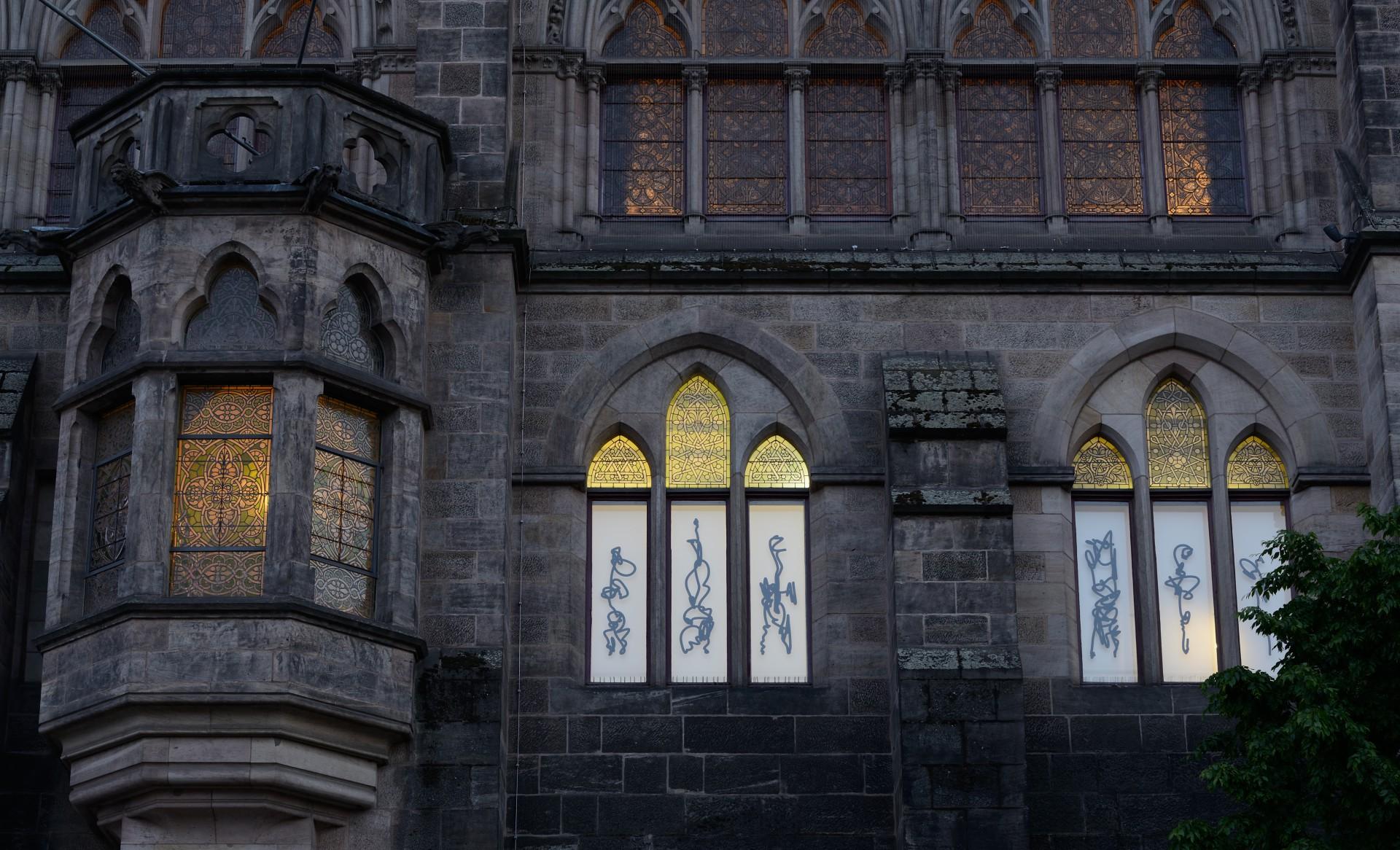 Insgesamt 28 Einzelzeichen markieren umlaufend den Gebäudekomplex der Alten Universität Marburg, 2019 Foto: Andreas Otto