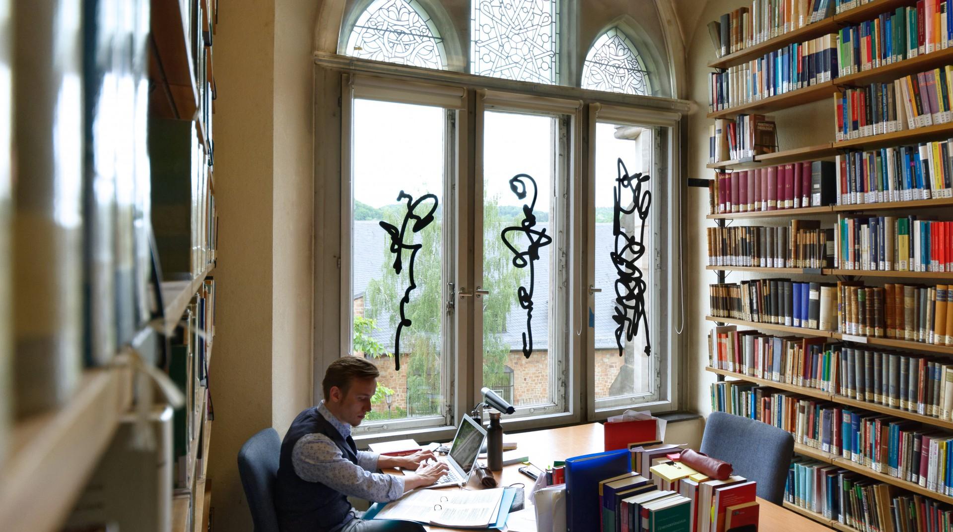 Bibliothek in der Alten Universität Marburg, Einzelzeichen, Foliendruck auf Glas, je ca. 45 x 140 cm, 2019