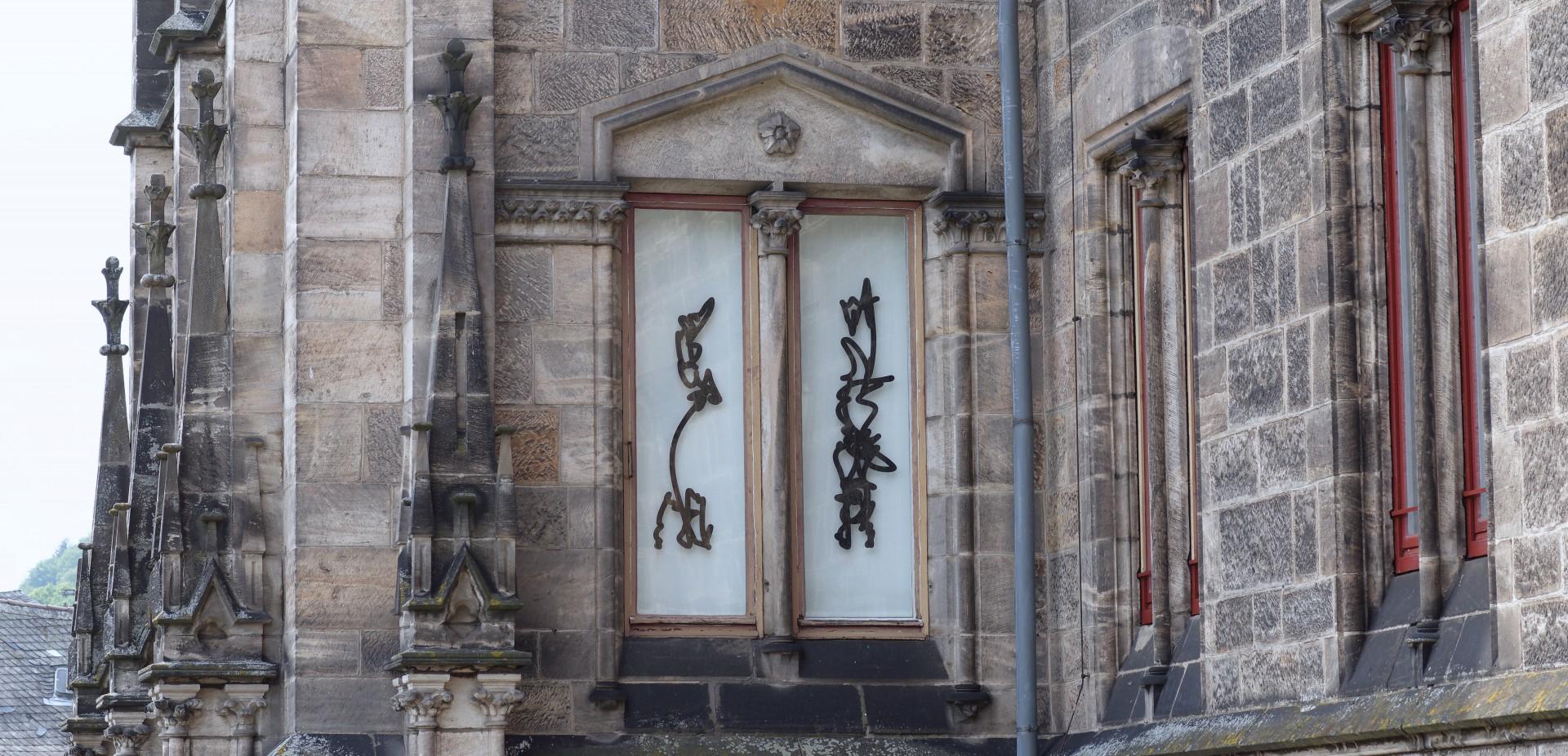 Bibliothek Institut für Kirchenbau, Einzelzeichen, Foliendruck auf Glas, je ca. 45 x 140 cm, 2019