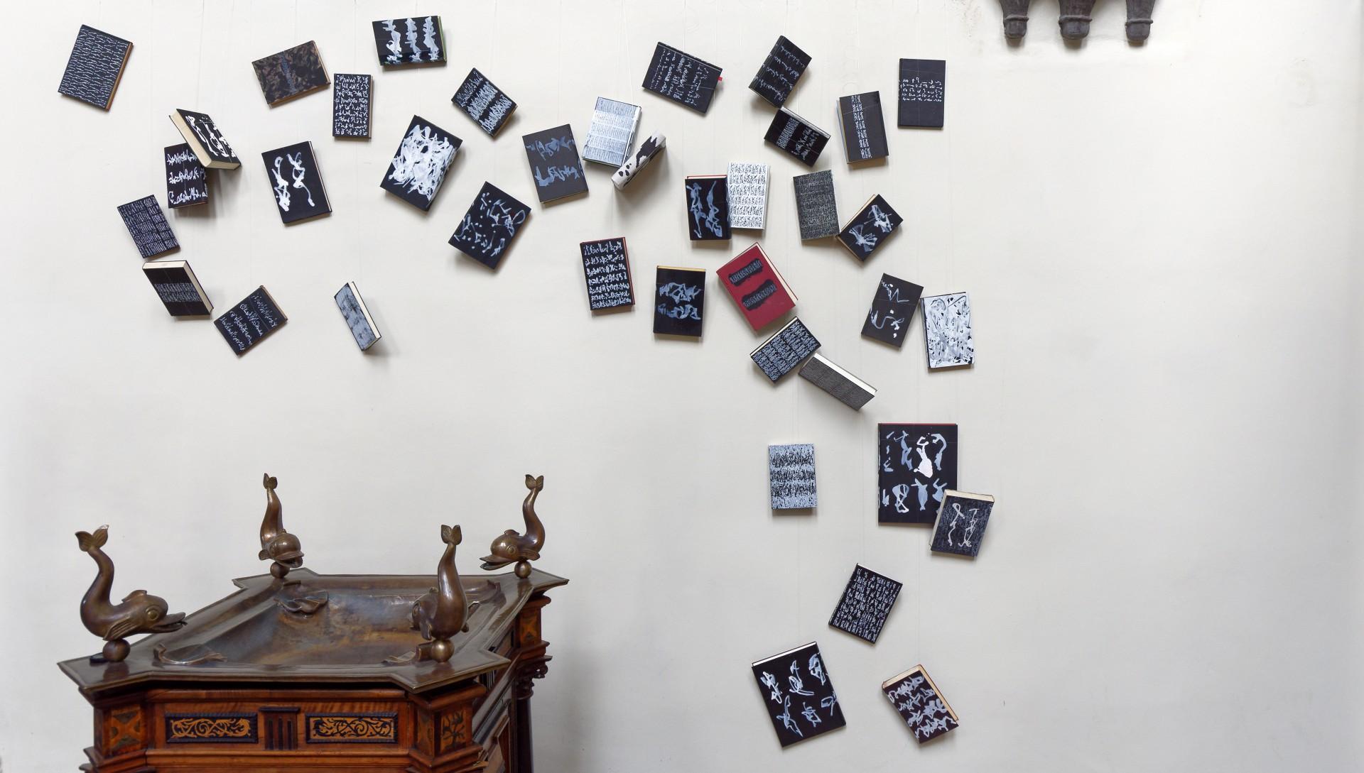 Tauchbad-Handbibliothek, beidseitige Installation von insgesamt 53 Buchobjekten sowohl hinter dem Taufbecken wie vor dem Aufgang zur Kanzel