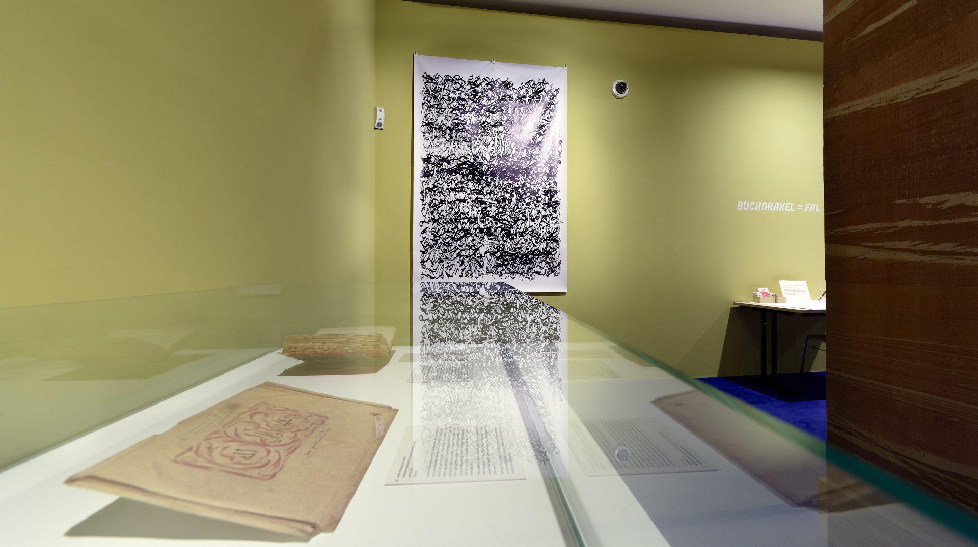Palimpsest 014, 205 x 137 cm, Eco-Solvent-Tinte auf LKW-Plane, 2017 (Im Vordergrund: Goethe: Aufbewahrungskapsel für Gedichte Zum künftigen Divan, Juni/Juli 1818, Weimar/Jena)